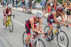 雷根斯堡,巴伐利亚,德国, 2017年8月06日,第28雷根斯堡三项全能2017年,赛马跑道的自行车竟赛者 免版税库存图片