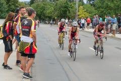 雷根斯堡,巴伐利亚,德国, 2017年8月06日,第28雷根斯堡三项全能2017年,赛马跑道的自行车竟赛者 免版税库存照片