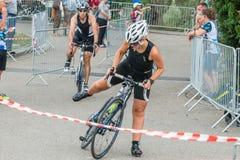 雷根斯堡,巴伐利亚,德国, 2017年8月06日,第28雷根斯堡三项全能2017年,一位自行车竟赛者的衰落在转折区域 库存照片