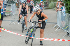 雷根斯堡,巴伐利亚,德国, 2017年8月06日,第28雷根斯堡三项全能2017年,一位自行车竟赛者的衰落在转折区域 图库摄影