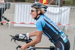 雷根斯堡,巴伐利亚,德国, 2017年8月06日,第28雷根斯堡三项全能2017年,一位自行车竟赛者的衰落在转折区域 免版税库存照片
