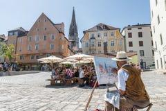雷根斯堡,巴伐利亚,德国, 2017年8月05日,艺术家绘从雷根斯堡,德国的一幅画 免版税库存照片