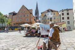 雷根斯堡,巴伐利亚,德国, 2017年8月05日,艺术家绘从雷根斯堡,德国的一幅画 免版税图库摄影