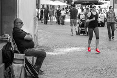 雷根斯堡,巴伐利亚,德国,在步行区域的Mai 17, 2017年,街道音乐家在雷根斯堡和一个跑步的女孩 库存照片