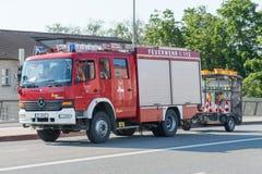雷根斯堡,巴伐利亚,德国, Mai 17日2017年,雷根斯堡义务消防队有闪动的蓝色光的 免版税库存图片