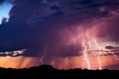 雷电从风暴碰撞在日落 免版税库存照片