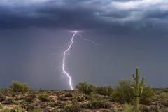 雷电在亚利桑那沙漠的季风雷暴碰撞 库存图片