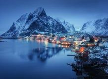 雷讷在晚上, Lofoten海岛,挪威 冬天 库存照片