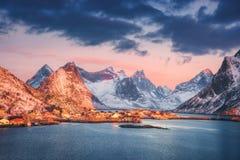 雷讷村庄和积雪的山在美好的日出 图库摄影