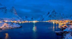 雷讷村庄在晚上 Lofoten海岛,挪威 免版税库存照片