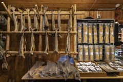 雷讷的干鳕鱼地方商店罗弗敦群岛海岛的,挪威 库存照片
