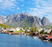 雷讷镇美丽的景色在Lofoten海岛,挪威 免版税库存图片