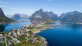 雷讷,罗弗敦群岛,挪威,晴朗的北极夏天美好的鸟瞰图  免版税库存图片