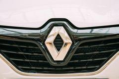 雷诺商标的关闭是法国多民族汽车制造商 库存图片