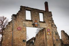 雷诺车库的火在废墟的遗骸毁坏的 免版税图库摄影