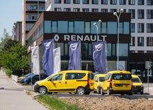 雷诺达基亚经销权在有几辆黄色达基亚Dokker汽车的俄斯拉发 免版税库存照片