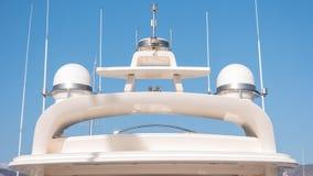 雷达和通讯台在游艇 库存图片