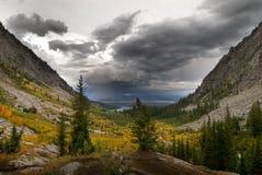 雷暴和雨在秋天谷 库存照片