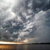雷暴惊人的看法覆盖水面上 免版税库存图片