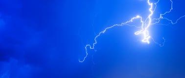 雷暴打雷闪电夜空云彩阴暗夏天雨,背景全景和有文本的空间的 免版税库存图片