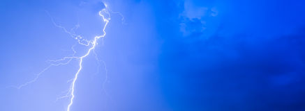 雷暴打雷闪电夜空云彩阴暗夏天雨,背景全景和有文本的空间的 免版税图库摄影