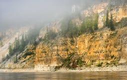 雾下降山 库存图片