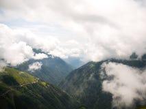 雾和云彩在山 免版税库存图片