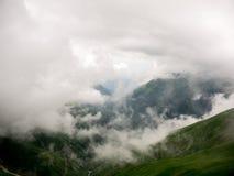 雾和云彩在山 库存图片