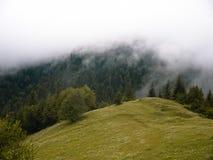 雾和云彩在山 免版税图库摄影