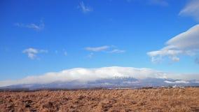 雾和云彩在高山 免版税库存图片