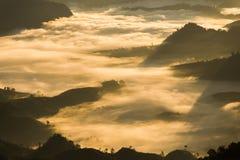 雾和早晨光山  库存照片