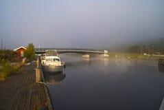 雾和烟在河 免版税库存照片