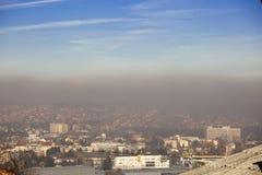 雾和烟雾在城市-空气污染大气污染在冬天,瓦列沃,塞尔维亚 库存照片