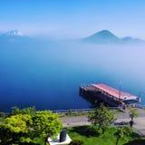 雾和码头 免版税库存照片