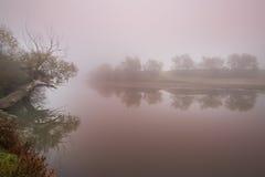 雾和薄雾在一条狂放的河 免版税库存照片