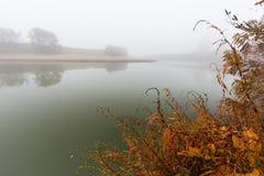 雾和薄雾在一条狂放的河 免版税图库摄影