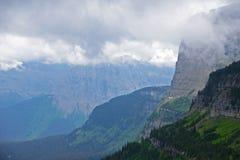 雾在冰川国家公园围拢一座山 免版税库存图片
