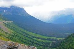 雾在冰川国家公园围拢一座山 库存照片