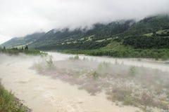 雾在清早延长了河和山在Svaneti 免版税库存图片