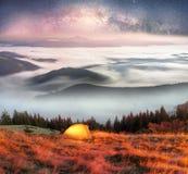 雾在秋天 库存图片