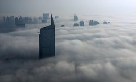 雾在迪拜小游艇船坞 免版税库存照片
