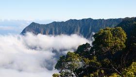 雾形成kalalau考艾岛谷 免版税库存照片