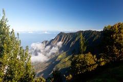 雾形成kalalau考艾岛谷 免版税图库摄影