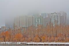 雾报道了卡尔加里都市风景  免版税图库摄影