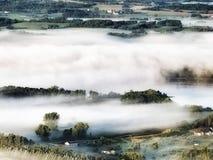 雾报道了风景 免版税库存照片