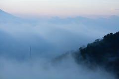 雾接近的火山倾斜 免版税库存图片
