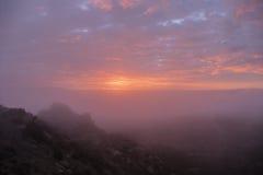 雾日出在洛杉矶加利福尼亚 免版税库存图片