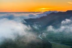 雾日落视图在马林陆岬的从鹰小山 库存图片