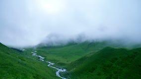 雾时间间隔和云彩很大地减少在高山青山的可见性 影视素材