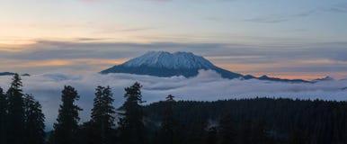 雾毯子在圣海伦山下的在日落 免版税库存照片